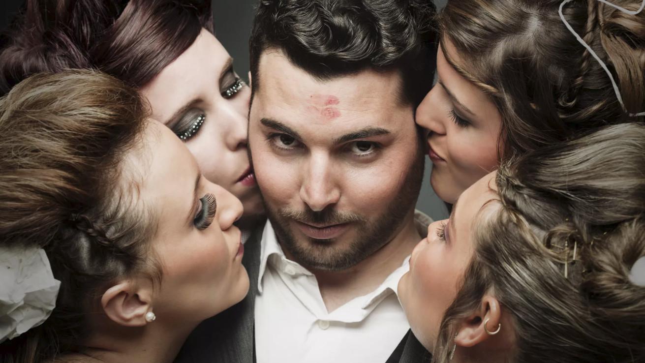 Смотреть одна женщина и три мужчины, видео эротика жесткий